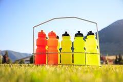 Uppsättning av vattenflaskor på en bakgrund för fotbollfält Royaltyfri Bild