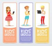 Uppsättning av vertikala baner med tonåringar som använder moderna grejer och läs- e-böcker Lära och studera Utbildning vektor illustrationer
