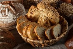 Uppsättning av vete- och rågbröd med en sked av salt på en träbakgrund Royaltyfri Foto