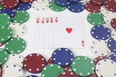 Uppsättning av vinnande kort som omges av pokerchiper Royaltyfri Foto