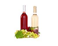 Uppsättning av vit och rosa vinflaskor, glas och röda och vita druvor för ost. Royaltyfria Bilder