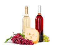 Uppsättning av vit och rosa vinflaskor, glas och röda och vita druvor för ost. Arkivbild
