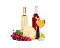 Uppsättning av vit och rosa vinflaskor, glas och röda och vita druvor för ost. Royaltyfri Bild