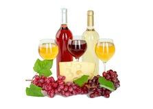 Uppsättning av vit och rosa vinflaskor, glas och röda och vita druvor för ost. Royaltyfri Foto