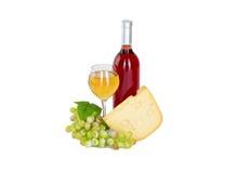 Uppsättning av vit och rosa vinflaskor, glas och röda och vita druvor för ost. Royaltyfri Fotografi