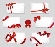 Uppsättning av vita kort med röda pilbågar och band på genomskinlig baksida Royaltyfri Bild