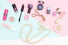Uppsättning av yrkesmässiga dekorativa skönhetsmedel och pärlor Lekmanna- lägenhet Royaltyfria Bilder