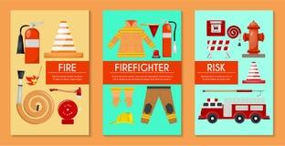 Uppsättning för brandsäkerhet av kort, banervektorillustration Brandmanlikformig och inventarium Utrustning som firehosevatten stock illustrationer
