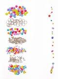 Uppsättning för design av kulöra pärlor på en vit bakgrund för häftet, cirklar, pärlor, till exempel Royaltyfri Foto