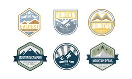 Uppsättning för design för logo för bergmaxima, campa, fotvandra, retro emblem för expedition och etikettvektorillustration på en vektor illustrationer