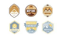 Uppsättning för design för logo för bergmaxima och att campa och att fotvandra, expedition, för etikettvektor för djup grotta ret stock illustrationer