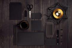 Uppsättning för företags identitet av mellanrumssvartbrevpapper med telefonen, kaffe guld- Magen David på lyxigt mörkt wood bräde royaltyfri fotografi