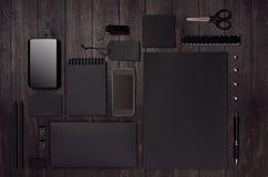 Uppsättning för företags identitet av mellanrumssvartbrevpapper med telefonen på lyxigt mörkt wood bräde fotografering för bildbyråer