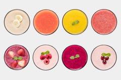 Uppsättning för fruktsaft för modellfruktsmoothie som och fruktisoleras på vit bakgrund arkivbild