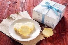 Uppsättning för gåva för ananasgräddost syrlig på den Wood tabellen Arkivbilder