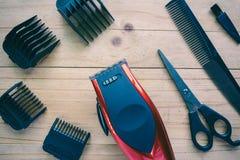 Uppsättning för hårclipper på wood bakgrund royaltyfri bild