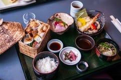 Uppsättning för japanBento lunch med tempura och sashimien arkivfoto