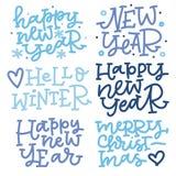 Uppsättning för julhandbokstäver i blåa färger Det lyckliga nya året hälsning övervintrar, glad jul Arkivbild