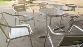 Uppsättning för kaffetabell nära parkera Arkivbild