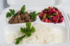 Uppsättning för lunchask Disponibel plast- lunchask En vit matask, lunch, snabbmat som isoleras på vit bakgrund arkivbild