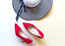 Uppsättning för modekvinnatillbehör Röda skohäl för moderiktigt mode, stilfull handväskakoppling Colorfull bakgrund Royaltyfri Fotografi