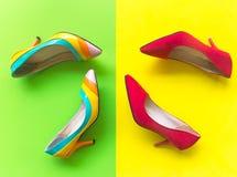 Uppsättning för modekvinnatillbehör Rött moderiktigt mode och gula skohäl som är stilfulla Colorfull grön och gul bakgrund Arkivbild