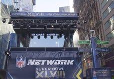 Uppsättning för NFL-nätverksTV-sändning på Broadway under vecka för Super Bowl XLVIII i Manhattan Arkivfoton