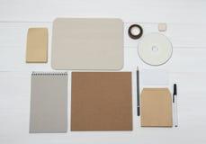 Uppsättning för objekt för affärsidentitetsmodell på vitt trä Royaltyfria Bilder