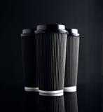 Uppsättning för pappers- koppar för svart lyxigt tagande avspeglad bort arkivbild
