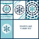 Uppsättning för snöflingajulkort i blått och vit, vektorillustration Royaltyfri Foto