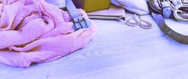 Uppsättning för surrealismbaner A av tillbehör för mode för kvinna` som s shoppar smyckenhalsduken royaltyfri foto