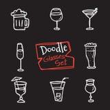 Uppsättning för symboler för exponeringsglas för vektorklotterstil Hand dragen samling av drinkar Royaltyfri Bild