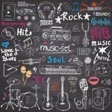 Uppsättning för symboler för musikobjektklotter Den drog handen skissar med anmärkningar, instrument, mikrofonen, gitarren, headp stock illustrationer