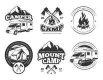 Uppsättning för tappningvektoretiketter med camparen nära berget, tältet och granar Campa logobeståndsdelar för monokrom vektor illustrationer