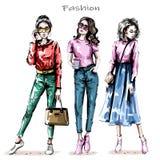 Uppsättning för unga kvinnor för hand utdragen härlig stilfulla flickor Modekvinnor ser skissa stock illustrationer