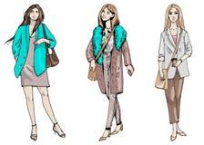 Uppsättning för vektormodeillustration av tre stilfulla flickor i affärsstil i blåa beigea och gråa färger som isoleras på vit royaltyfri illustrationer