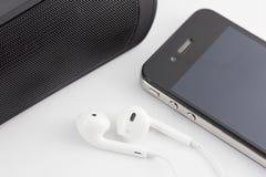 Uppsättning för vit hörlur, bashögtalare och Smartphone utrustning som isoleras på Royaltyfria Bilder