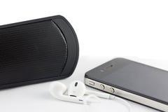 Uppsättning för vit hörlur, bashögtalare och Smartphone utrustning som isoleras på Royaltyfri Bild