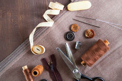Uppsättning Scissor, knappar, vinandet, måttbandet, tråden och fingerborg på royaltyfri fotografi