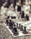 Uppsättningar för ett schack sitter i parkera och väntar på en ny match Arkivbild
