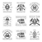 Uppsättningen av brandmannen i monokromma stillogoer, emblem, märker och förser med märke stock illustrationer