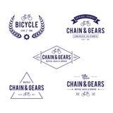 Uppsättningen av cykeln i Retro utformad design förser med märke i vit bakgrund stock illustrationer