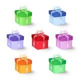 Uppsättningen av den färgrika gåvan boxas med pilbågar och band Arkivfoton