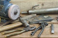 Uppsättningen av den gamla handen bearbetar att ligga på en träbänk I bakgrunden av winepressen med en elektrisk motor och ett ga Arkivbilder
