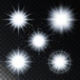 Uppsättningen av den glödande stjärnan för ljus effekt, de ljusa ljusen för solljus med mousserar på en genomskinlig bakgrund ock Arkivfoton