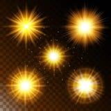 Uppsättningen av den glödande stjärnan för ljus effekt, det varma gula glödet för solljus med mousserar på en genomskinlig bakgru Royaltyfri Bild