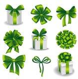Uppsättningen av den gröna gåvan bugar med band Arkivfoto