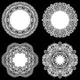 Uppsättningen av designbeståndsdelar, snör åt den pappers- doilyen för rundan, doily för att dekorera kakan, mallen för att klipp Royaltyfri Fotografi