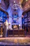 Uppsättningen av det Dumbledores kontoret på Hogwarts, LEAVESDEN, UK Royaltyfria Bilder