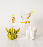 Uppsättningen av drinkar, färgdrink dekorerade med oliv, vita skott, M Arkivbilder
